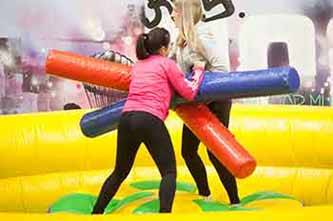 Pruebas de humor amarillo: lucha de gladiadores en KNS Aventura Park Bilbao Bizkaia
