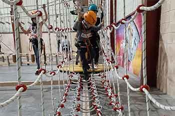 Paso de cuerdas en el parque de aventuras KNS de Bilbao
