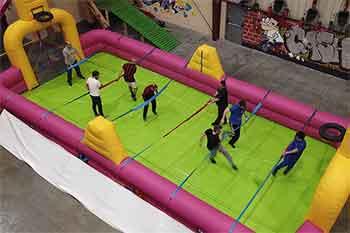 Futbolín humano en el parque de aventuras indoor KNS